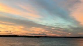 Härlig karmosinröd orange solnedgång på stranden, sikter av solen Fotografering för Bildbyråer