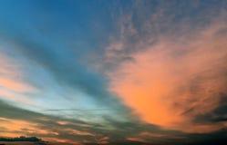Härlig karmosinröd orange solnedgång på stranden, sikter av solen Arkivbild