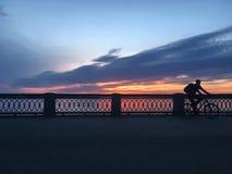 Härlig karmosinröd orange solnedgång på stranden, sikter av solen från balustraden Arkivfoton