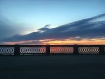 Härlig karmosinröd orange solnedgång på stranden, sikter av solen från balustraden Arkivbild