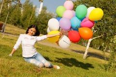 Härlig kazakhflicka med ballonger Arkivbild