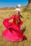 Härlig kazakhkvinna och man i nationell dräkt royaltyfri fotografi