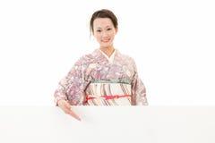 Härlig kimonokvinna och vitt bräde royaltyfri foto