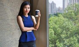 Härlig kinesisk affärskvinna som dricker kaffe Royaltyfria Foton