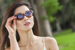 Härlig kinesisk asiatisk flicka för ung kvinna i solglasögon Arkivbilder
