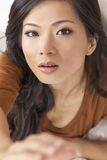 Härlig kinesisk asiatisk kvinna som når till kameran Arkivfoto