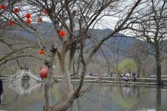 Härlig kinesisk bro med lyktor Arkivbilder