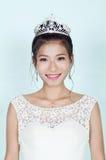 Härlig kinesisk brud mot blå bakgrund royaltyfri fotografi