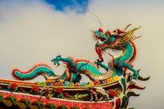 Härlig kinesisk drakeskulptur på taket på Lungshan Templ arkivbilder