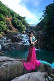 Härlig kinesisk flicka i dräkt för traditionell kines arkivfoto
