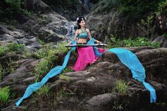 Härlig kinesisk flicka i dräkt för traditionell kines arkivbild