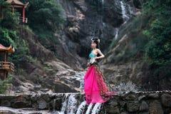 Härlig kinesisk flicka i dräkt för traditionell kines royaltyfri foto