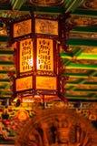 Härlig kinesisk lykta som hänger på taket på kinesiska vikarier Royaltyfri Bild