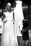 härlig klänning observera bröllopkvinnan Royaltyfria Bilder