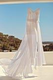 härlig klänningbröllopwhite Arkivfoton