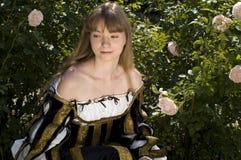 härlig klänningrenässanskvinna Royaltyfri Bild
