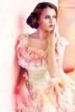 härlig klänningtappningkvinna Royaltyfri Bild