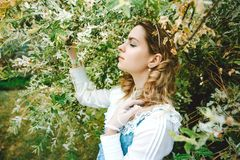 härlig klänningtappningkvinna Vårgräsplan Viktoriansk dam elegantt arkivfoton