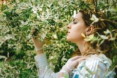 härlig klänningtappningkvinna Vårgräsplan Viktoriansk dam elegantt royaltyfri foto
