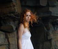 härlig klänningwhitekvinna royaltyfri bild