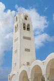 Härlig klockstapel av domkyrkan av Kyndelsmässa av Herren i den berömda touristic Fira staden på den soliga dagen för sommar öoia Arkivbild