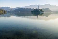 Härlig kloster på ön i mitt av den blödde sjön i Slovenien Royaltyfri Bild