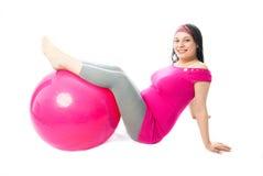 härlig konditiongravid kvinna för boll Royaltyfri Fotografi