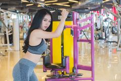 Härlig konditionkvinnaövning i idrottshallen, stående arkivbilder