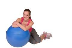 Härlig konditionkvinna som poserar med konditionbollen  Fotografering för Bildbyråer