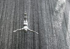 Härlig konstgjord vattenfall i den Dubai gallerian Royaltyfri Bild