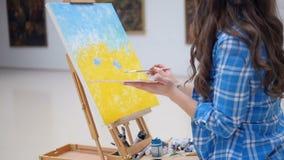 Härlig konstnärmålning med olje- målarfärger arkivfilmer