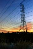 Härlig kontur av kraftledningen Arkivbild