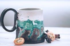 Härlig kopp te på en träbakgrund Arkivbilder
