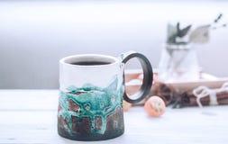 Härlig kopp te på en träbakgrund Arkivbild