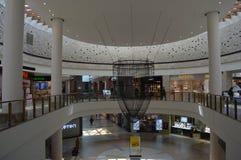 Härlig korridor av köpcentrumforum royaltyfri bild