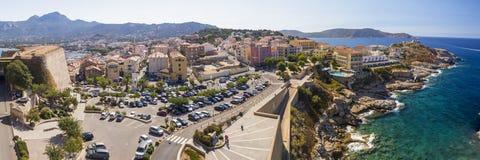 Härlig Korsika kustlinje och historiska hus i Calvi Arkivfoton
