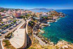 Härlig Korsika kustlinje och historiska hus i Calvi Arkivfoto
