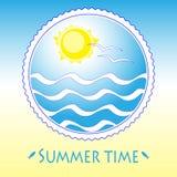 Härlig kortdesign med solen, havet och seagulls Arkivbilder
