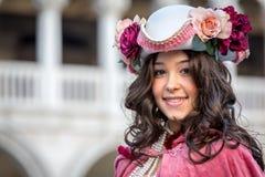 Härlig kostymerad kvinna under den venetian karnevalet, Venedig, Italien Arkivfoton