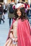 Härlig kostymerad kvinna under den venetian karnevalet, Venedig, Italien Royaltyfri Fotografi