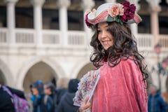 Härlig kostymerad kvinna under den venetian karnevalet, Venedig, Italien Royaltyfria Bilder