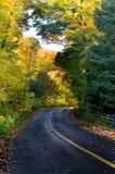 Härlig krökt landsväg i höst fotografering för bildbyråer