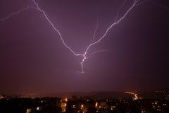 Härlig kraftig blixt över stad Royaltyfri Foto