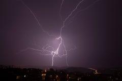 Härlig kraftig blixt över stad Royaltyfria Bilder