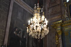 Härlig kristallkrona i en kyrka Arkivfoton