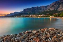 Härlig kroatisk semesterort på solnedgången, Makarska, Dalmatia, Europa arkivbilder