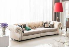Härlig kudde på soffan Royaltyfri Fotografi