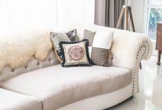 Härlig kudde på soffan arkivfoto
