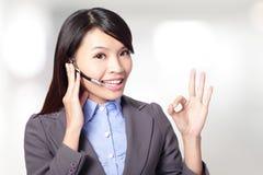 Härlig kundtjänstoperatörskvinna med hörlurar med mikrofon Arkivfoton