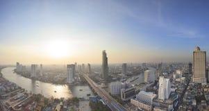 Härlig kurva för panoramasikt av chaoen Phraya River och hög buil royaltyfri foto